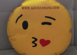 Keçe Emoji Kalp Öpücüklü Aşk Yastığı